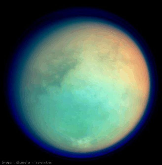 عکسی که اینجا میبینید تیتان را در طول موجهای فروسرخ و فرابنفش نشان میدهد. این عکس توسط زیرسامانهی علمی تصویربرداری فضاپیمای کاسینی در روز ۲۶ اکتبر ۲۰۰۴ گرفته شده، و از ترکیب چهار نما با فیلترهای رنگی گوناگون درست شده است.