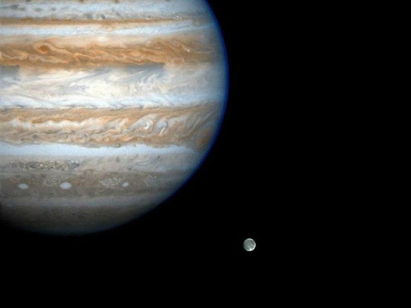 عکسی از سیاره ی گازی مشتری و بزرگترین قمرش گانیمد، که توسط کاوشگر کاسینی چند سال پیش ثبت شده است.