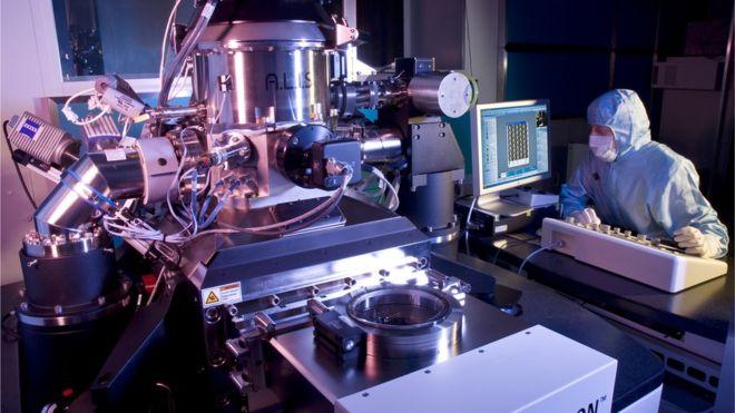 _90139253_c0087402-helium_ion_microscope-spl