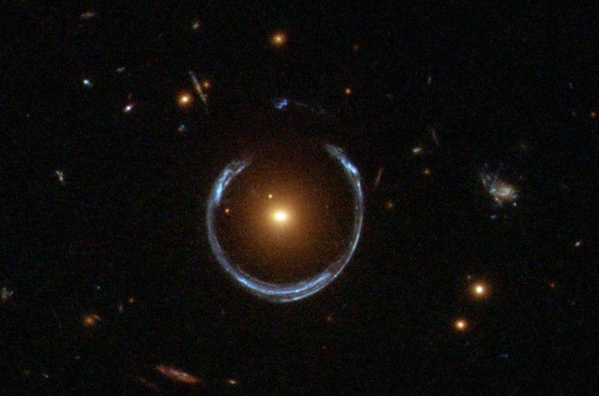 حلقه ی اینشتین: براساس نسبیت عام، جرم میتواند فضازمان را خمیده کند و در نتیجه میدان گرانشیای بسازد که میتواند نور را منحرف کند.