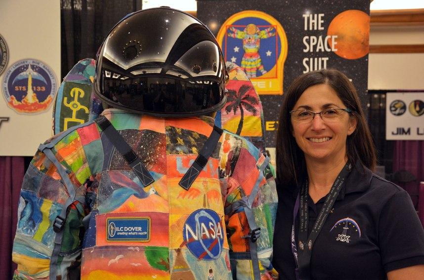 """فضانورد """"نیکول استات"""" برای حمایت از کودکان سرطانی در این طرح شرکت کرد."""
