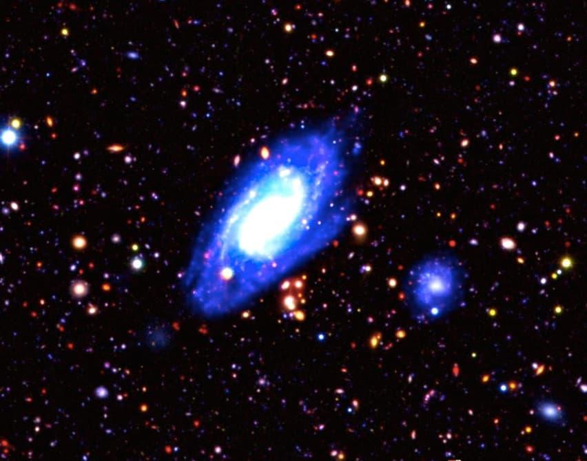 زوم در تصاویر عمقی کیهان، کهکشانی هایی که نورشان 9 میلیارد سال قبل منابع کهکشانی خود را ترک کردهاند تا به ما برسند.