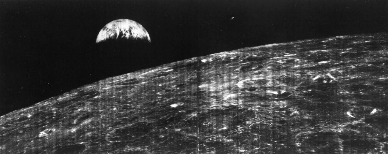 """نخستین عکس """"طلوع زمین"""" از مدار ماه که در روز 23 آگوست سال 1966 ثبت شد."""