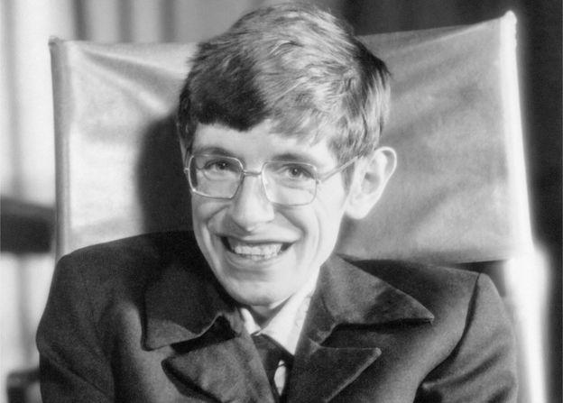 استیون هاوکینگ نخستین بار در سال 1974 نظریه تابش هاوکینگ از سیاهچاله ها را مطرح کرد.