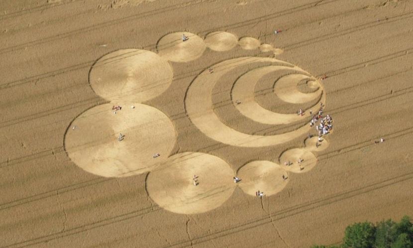 مردم حلقه های کشتزاری را درون مزرعه گندم در کشور سوئیس دیده اند. این عکس در 29 جولای 2007 گرفته شد.