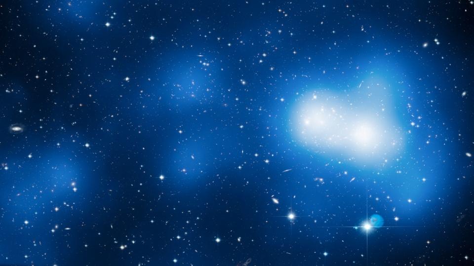 تصویری از خوشه کهکشانی عظیم MACS J0717.5 + 3745 که تلسکوپ فضایی هابل ثبت کرده است.