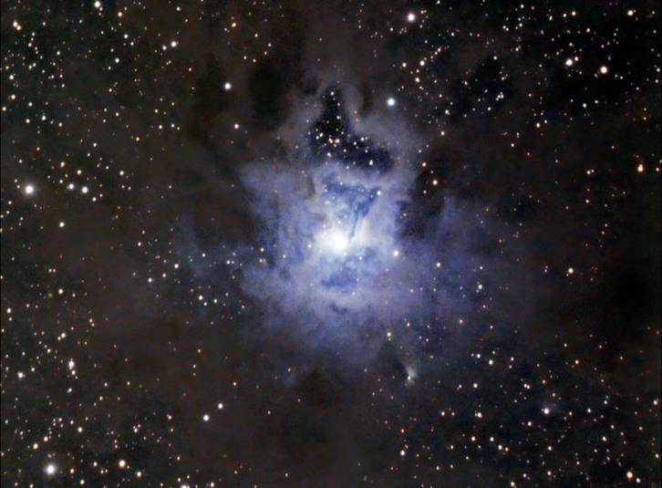 نمایی از سحابی NGC ۷۰۲۳ گازها، گرد و غبار و ابرهای روشنش در نور طبیعی