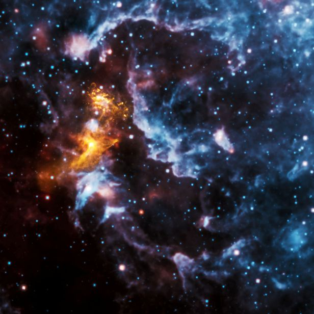 این ابر نشان می دهد ستاره های جوان در میان گاز و غبار متولد می شوند. این عکس در سال 2010 توسط کاوشگر نقشهبردار فروسرخ میدان وسیع وایز(WISE) گرفته شده است.