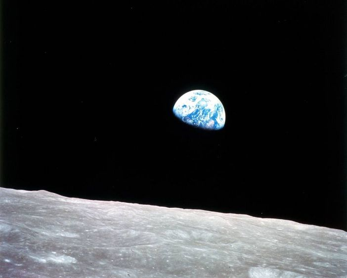 عکس معروف طلوع زمین: این تصویر طی عملیات آپولو 8 در سال 1968 میلادی توسط ویلیام اندرز، فضانورد ناسا گرفته شد.