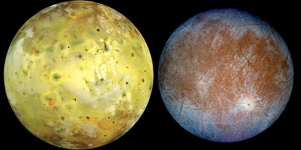 """سمت چپ: قمر """"آیو"""" با رنگ های طبیعی خود. سمت راست: قمر """"اروپا"""" با رنگ های مصنوعی دستکاری شده، برای برجسته کردن تفاوت های یخ """"تمیز"""" (قسمت های آبی رنگ) و یخ کثیف (قسمت های قرمز رنگ)."""