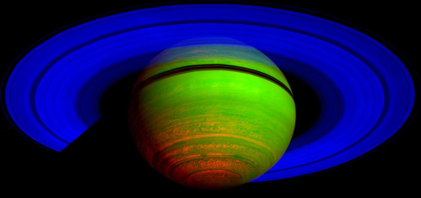سیاره زحل – تصویری که توسط مدارگرد کاسینی ناسا گرفته شده با رنگ های مصنوعی با استفاده از 3 طول موج مادون قرمز؛ که الگوی تشعشعی حرارتی را در عوض نور خورشید بازتابیده شده، نشان می دهد.