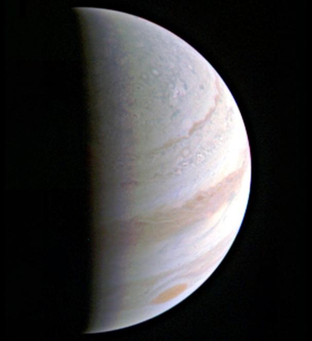 این عکس که از فاصله ی ۷۰۳ هزار کیلومتری توسط کاوشگر جونو ثبت شده ابرهای گازی سیاره ی مشتری را نشان می دهد.