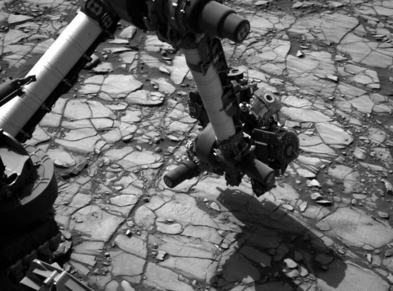 """مریخ نورد کنجکاوی این عکس را در 2 آگوست 2016 در جریان تحقیق نزدیک خود از یک هدف سنگ بنام """"ماریمبا"""" در دامنه پایینی کوه شارپ گرفته است."""