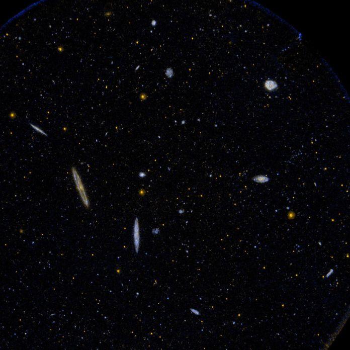 تصویر ماورابنفش از ناحیهای کوچک از خوشهی کهکشانی ویرگو که شامل بیش از 1300 کهکشان است که در یک توده متراکم شدهاند و فقط 65 میلیون سال نوری با ما فاصله دارند.
