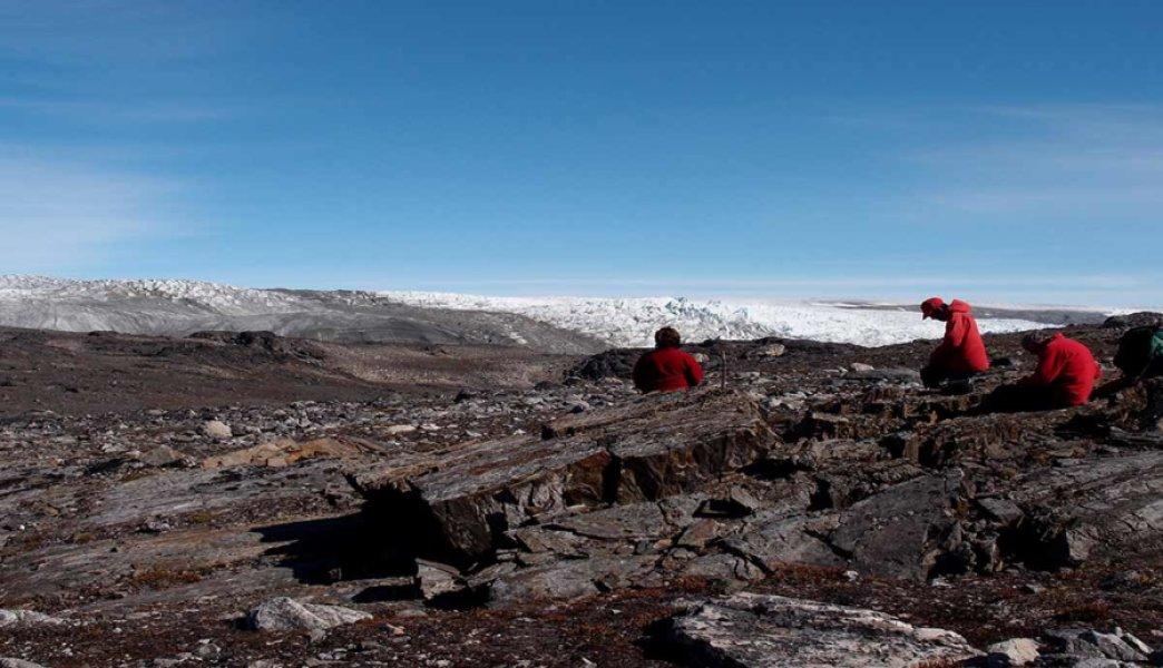 دانشمندان در حال بررسی سنگهای کهن در جنوب غربی گرینلند