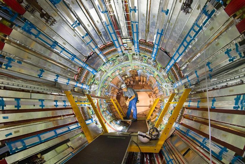 دانشمندان در حال کار بر روی بخش درونی سرماسنج ATLAS