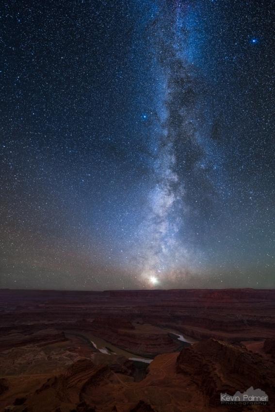 در اوایل نوامبر زمانی که راه شیری در تاریکی هوا، نزدیک به افق درحال غروب کردن است