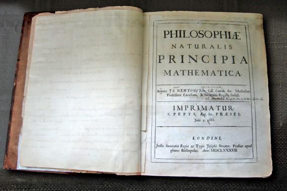 تصویری از نسخه شخصی کتاب « اصولِ ریاضیِ فلسفهٔ طبیعی» نیوتن، که به صورت دستی اقدام به اصلاح متن آن کرده بود، تا برای چاپ دوم آماده شود.