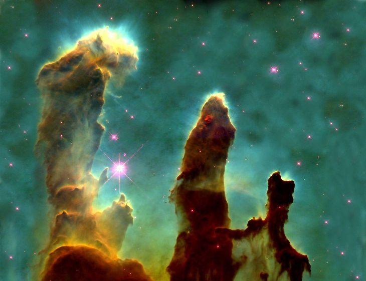 یک ستاره زمانی متولد می شود که ماده بین ستاره ای در ابرهای گازی نظیر سحابی عقاب که در این تصویر مشاهده می کنید، فشرده شده و هم جوشی پیدا کند.عکس از تلسکوپ فضایی هابل