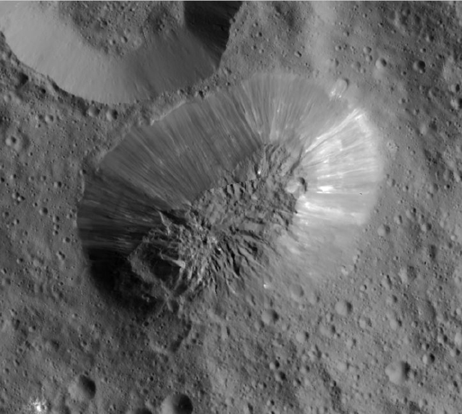 نمایی واضح از کوه آهونا مونس در سیاره کوتوله سرس