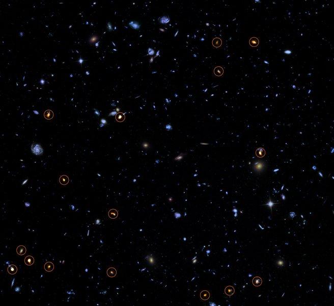این تصویر، عکس پس زمینه گرفته شده توسط تلسکوپ هابل(آبی/ سبز) را با تصویر جدیدی که توسط آرایه فرا ژرف آلما از همان منطقه (دایره های نارنجی) گرفته شده ترکیب کرده است. به نظر می آید تمامی اجرامی که آرایۀ آلما رصد کرده، کهکشان های ستاره ساز عظیمی هستند.