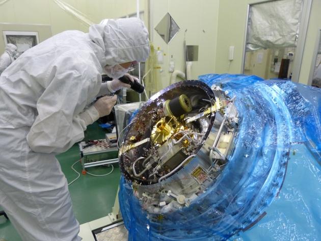 دانشمندی در حال آزمایش طیف سنج پرتو ایکس ماهواره ژاپنی هیتومی پیش از پرتاب در فوریه