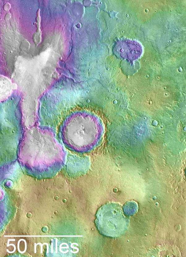 """دره ی باستانی مریخ که با نام """"دریاچه مرکزی"""" شناخته می شود. این نقشه رنگی ارتفاعات پایین تر را با رنگ سفید و بنفش نشان داده و ارتفاعات بالاتر را با رنگ زرد نشان می دهد."""