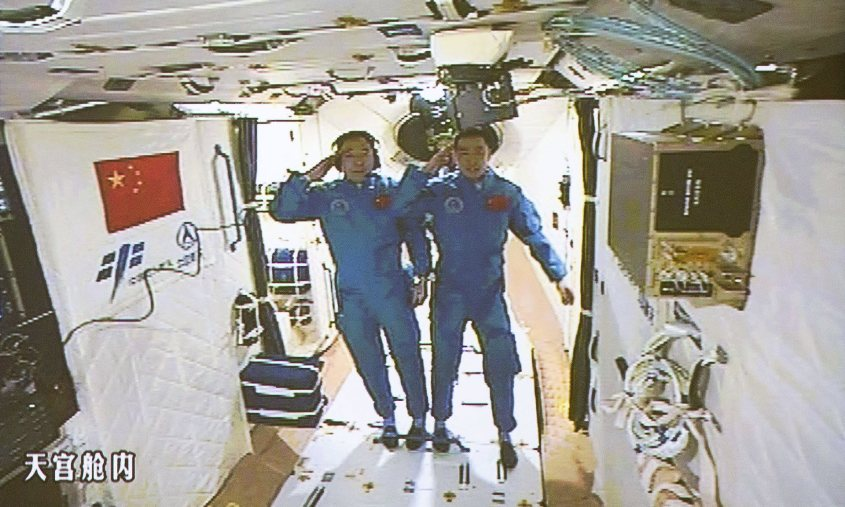 جینگ هایپنگ و چن دونگ در ایستگاه فضایی این کشور