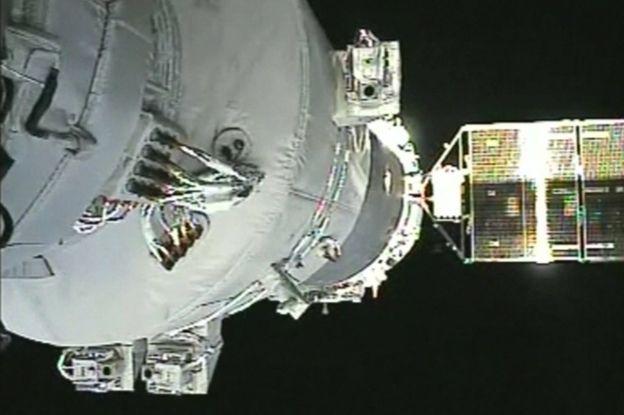 لحظه ی اتصال فضاپیمای شنژو حامل فضانوردان به ایستگاه فضایی تیان گونگ ۲
