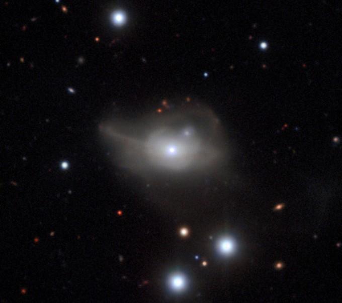 کهکشان Markarian 1018 حدود 607 میلیون سال نوری با ما فاصله دارد.