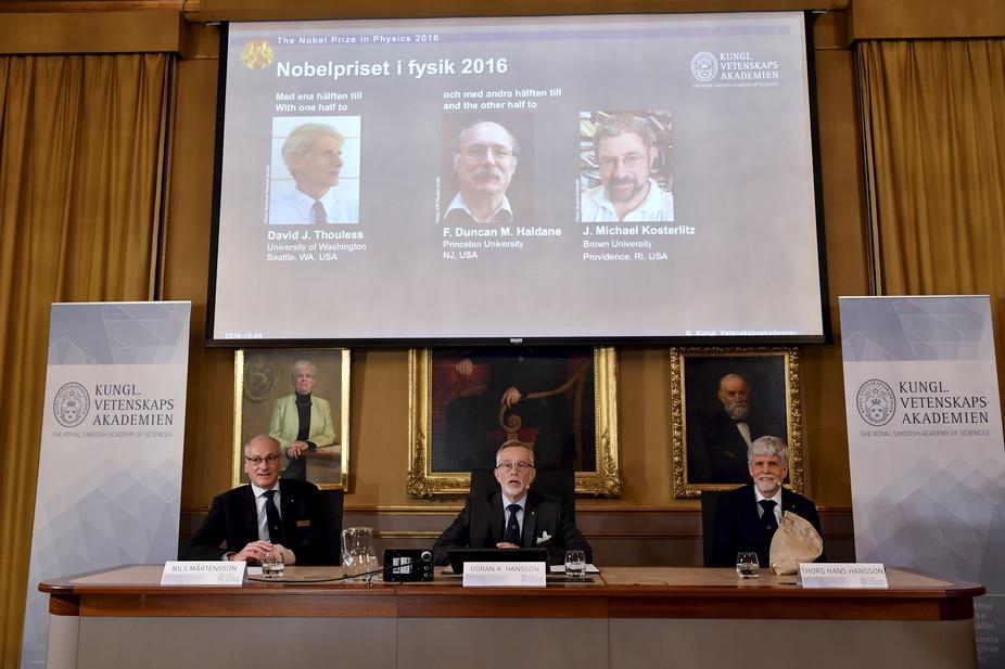 تصویری از اعضای کمیتۀ نوبل در هنگام اعلام برندگان نوبل ِ فیزیک 2016