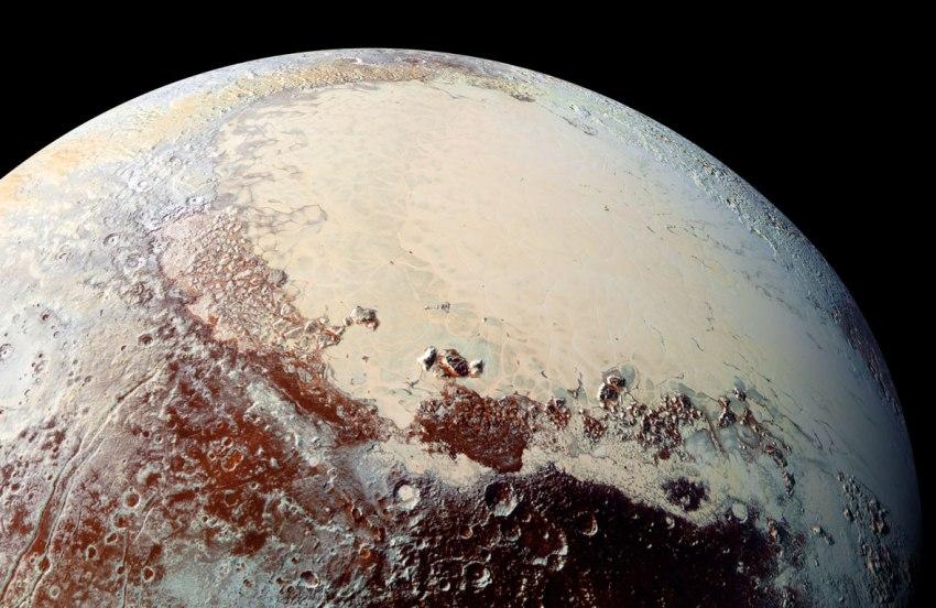 """این تصویر از فضاپیمای """"افق های نو"""" ناسا نشان دهنده منطقۀ اسپوتنیک پلانیوم پلوتو میباشد که وسعت آن به 500 تا 650 مایل می رسد. این تصویر قلب مانند مطابقت بسیاری با محور جزر و مدی پلوتو دارد. احتمال اینکه چنین رویدادی فقط یک تصادف بی اهمیت باشد، 5 درصد است. پس جرم اضافی در آن موقعیت به برهمکنش با نیروهای جذر و مدی میان پلوتو و قمرش یعنی شارون ارتباط دارد تا جهت گیری پلوتو را دستخوش تغییر قرار دهد و بهترین توضیح برای جرم اضافی """"اقیانوس زیر سطحی"""" اش میباشد."""
