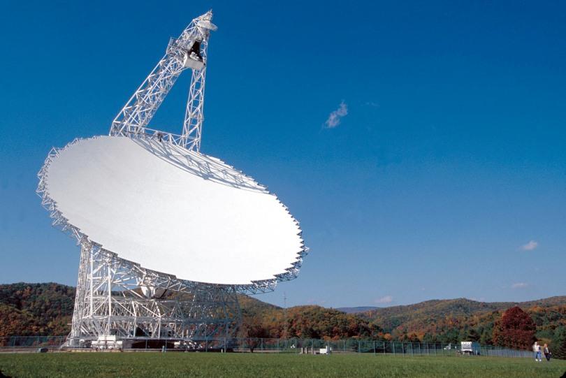 تلسکوپ گرین بنک بزرگترین تلسکوپ قابل هدایت دنیاست و بشقاب آن در حدود 110 متر میباشد که 2.3 جریب فضا را اشغال می کند. تلسکوپ فوق در حال حاضر با هدف جستجو برای سیگنال های رادیویی موجودات فرازمینی از ستاره تبی مورد استفاده قرار می گیرد.