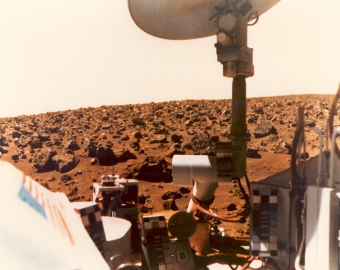 این عکس رنگی از افق مریخ توسط وایکینگ 1 در 24 جولای 1976 گرفته شده است.