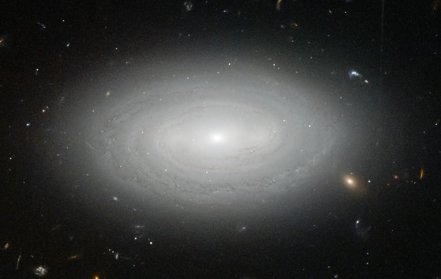 کهکشان MCG+01-02-015، یک کهکشان بسیار منزوی است که فاصله زیادی با دیگر کهکشان ها دارد، اگر کهکشان ما مانند این کهکشان بود، ما تا دهه 1960 از وجود کهکشان های دیگر مطلع نمی شدیم.