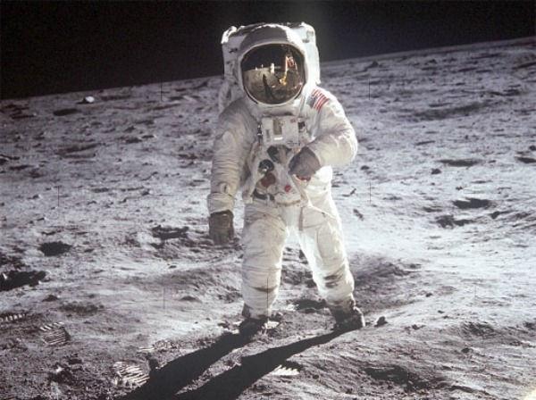 باز آلدرین، فضانورد آپولو یازده در سطح ماه گام برمی دارد. نیل آرمسترانگ، رهبر آپولو یازده این عکس را با یک دوربین 70 میلی متری مختص سطح ماه گرفت.