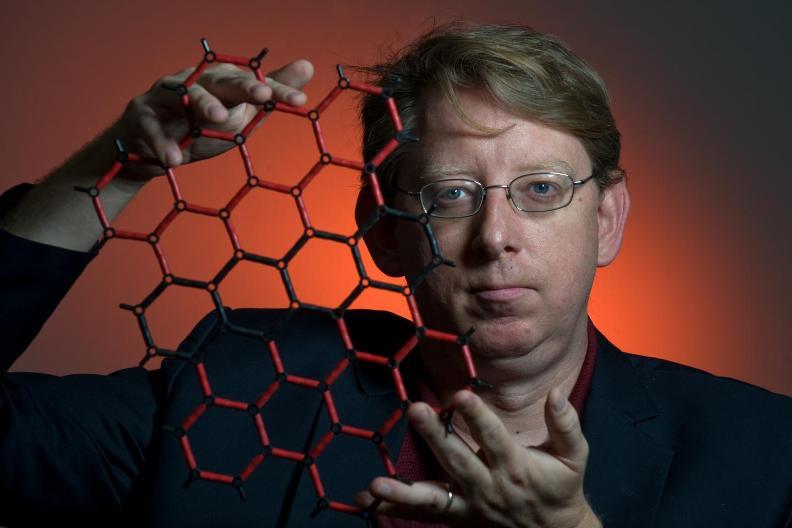 پیتر برک استاد دانشگاه کالیفرنیا- ایرواین، در این عکس مدل اتمی گرافن را گرفته است. تیم او حسگر گرافنی را برای نظارت بر تغییرات در میتوکندری ساختند که منجر به آشکارسازی این پژوهش گردید.