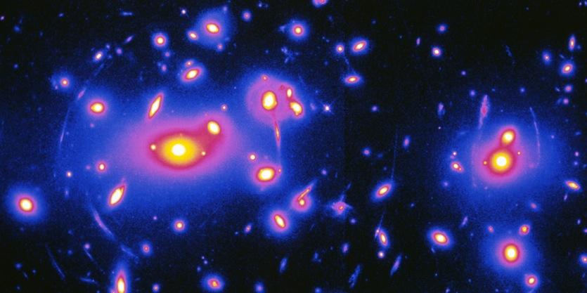 همگرایی گرانشی ناشی از خوشۀ کهکشانی آبل 2218. چنین اثرات همگرایی گرانشی در تحقیقات جدید بررسی شده است.
