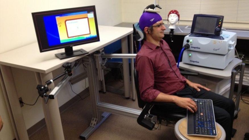 تصویری از دکتر اندریا استاکو در حین آزمایش ارتباط مغزی