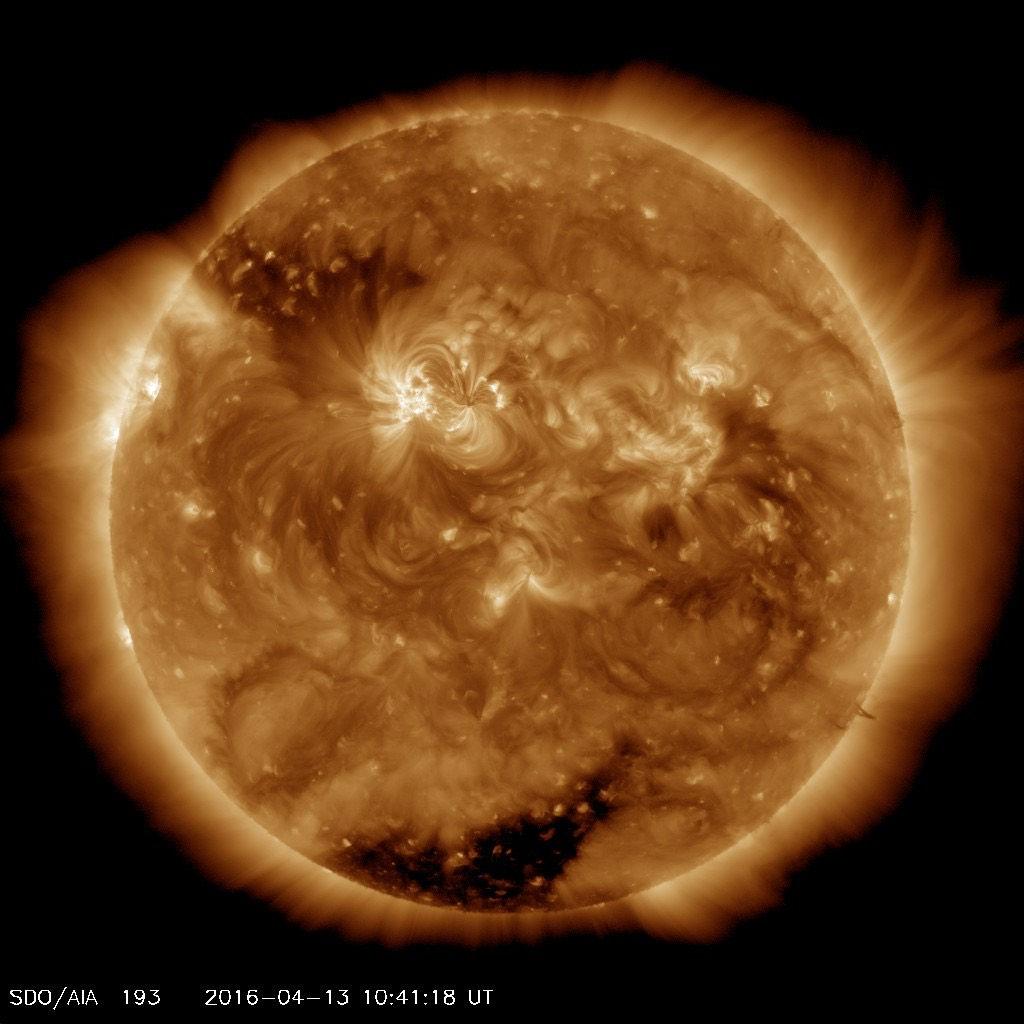 تصویری از خورشید، در تاریخ 13 آوریل 2016. با وجود اینکه 4.5 میلیارد سال از عمر خورشید می گذرد اما این تازه نیمی از عمر آن محسوب می گردد.
