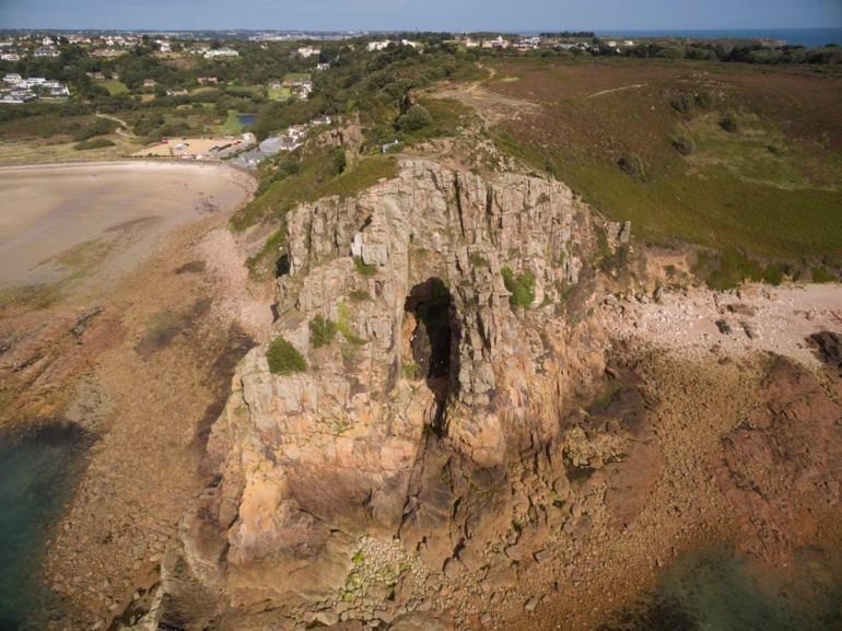 غار ساحلی لا کوت دی سنت برالید(La Cotte de St Brelade) واقع در جزیره جرسی