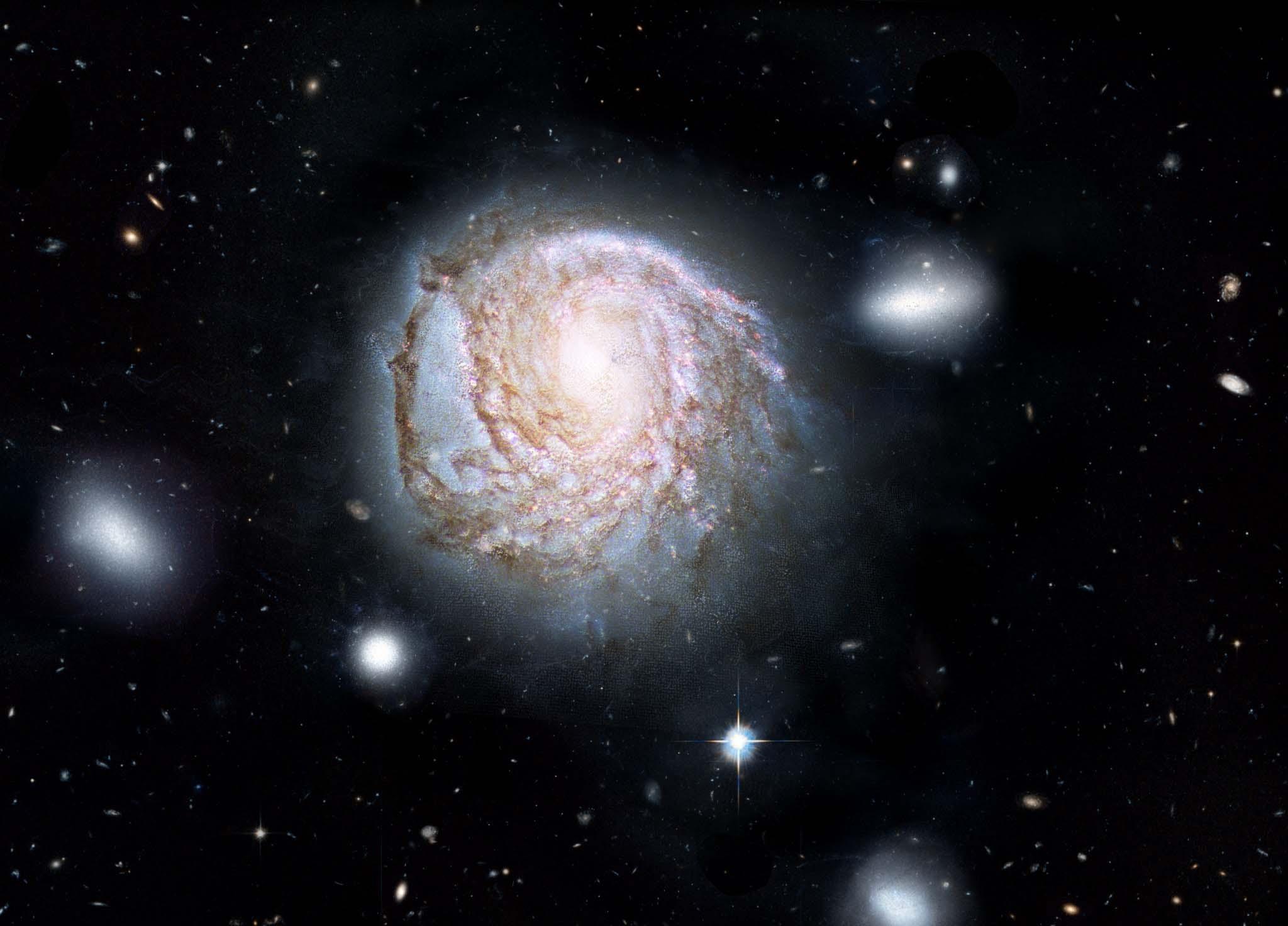 این تصویر کهکشان مارپیچى NGC 4921 را نشان می دهد که در حال تهی شدن از گاز می باشد.