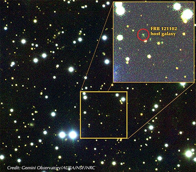تصویر ترکیبی جمینی(Gemini) از میدان پیرامون FRB 121102. از کهکشان میزبان کوتوله عکس برداری شده و فرآیند طیف سنجی به کمک طیف نگار جمینی با تلسکوپ جمینی شمالی در منطقه موناکی در هاوایی انجام گرفت. داده ها در 24 و 25 اکتبر و دوم نوامبر سال 2016 بدست آمدند.