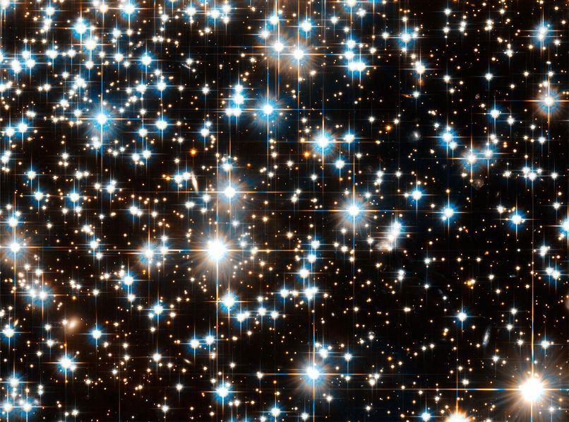 تصویر هابل از خوشه ی کروی (NGC 6397) که در فاصله ی 7200 سال نوری از ما قرار گرفته است. تخمین زده می شود این خوشه ی کروی 13.5 میلیارد سال عمر داشته باشد، یعنی کمی پس از بیگ بنگ تشکیل شده است.