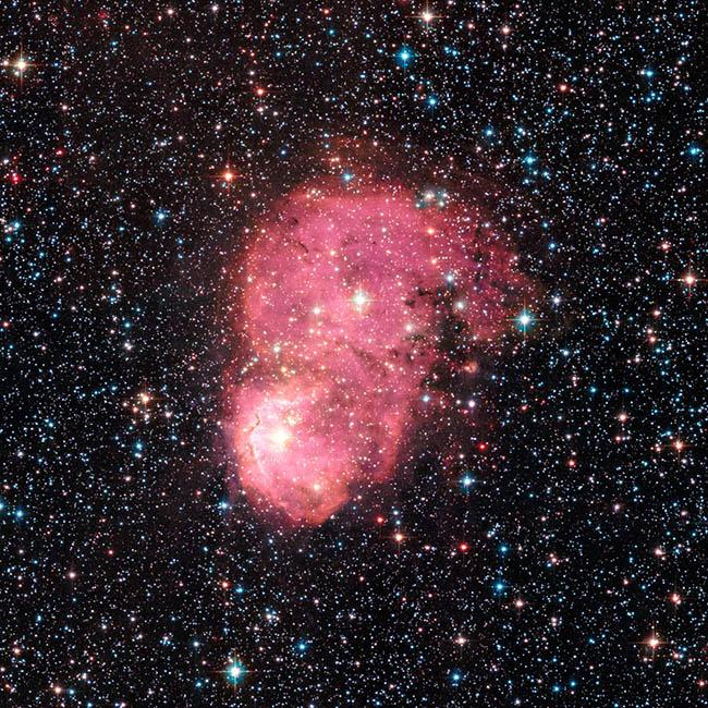 سحابی NGC 248 در ابر ماژلانى کوچک واقع شده است. داده های استفاده شده در این عکس با دوربین پیشرفته تلسکوپ هابل در ماه سپتامبر گردآوری شده