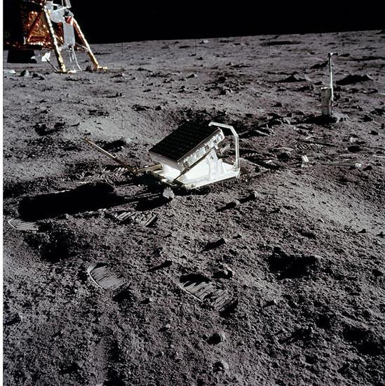 این رفلکتور بر روی ماه توسط فضانوردان در ماموریت آپولو 11 در سال 1969 نصب شده و با استفاده از آن می توان فاصله دقیق زمین تا ماه را محاسبه کرد.