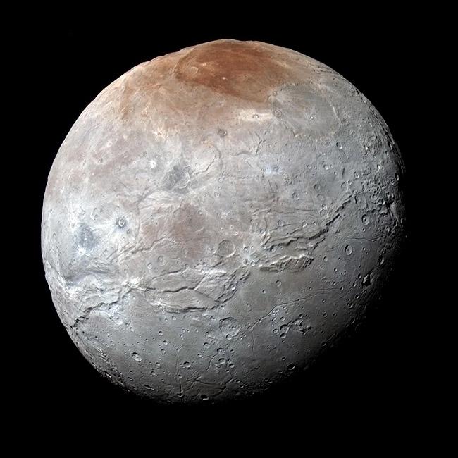 این تصویر شارون، یکی از قمرهای پلوتو است. تحقیقات موسسه تکنولوژی جورجیا نشان می دهد هنگامی که شارون بین خورشید و پلوتو قرار میگیرد، میتواند نابودی و از دست رفتگی اتمسفر پلوتو را به مقدار قابل توجهی کاهش دهد.