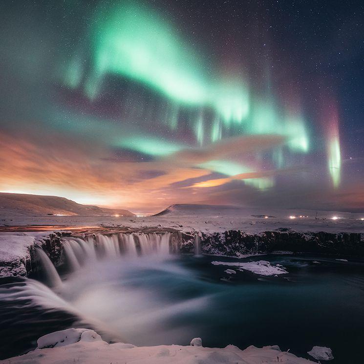 Dancing in the Goðafoss © Sutie Yang.jpg.optimal